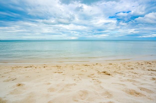 青い空と雲と砂のビーチの海 Premium写真