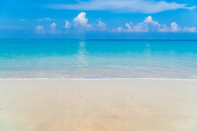 青い海と青い空を背景に砂のビーチ海岸