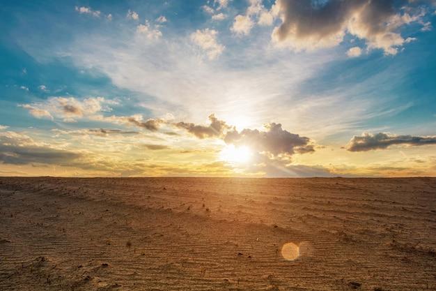 Песчаные дюны против красивого неба на закате
