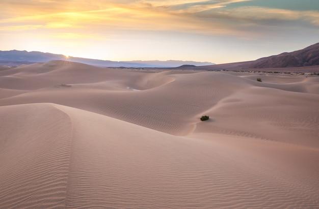 Песчаные дюны в калифорнии, сша. красивая природа пейзажи путешествия восход солнца фон