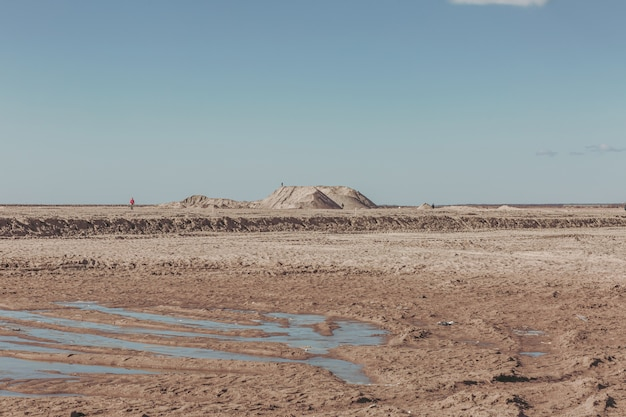 人けのない風景の中の砂丘。