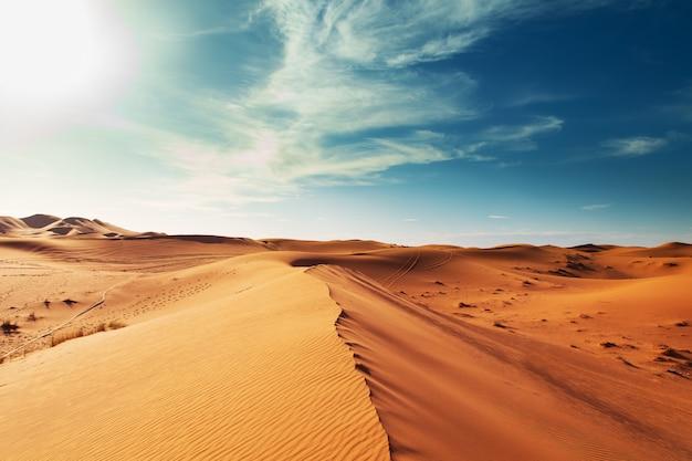 Песчаные дюны пустыни сахара.