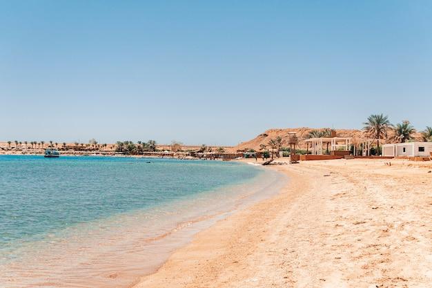 Песок на переднем плане пляжа на египетском курорте шарм-эль-шейх