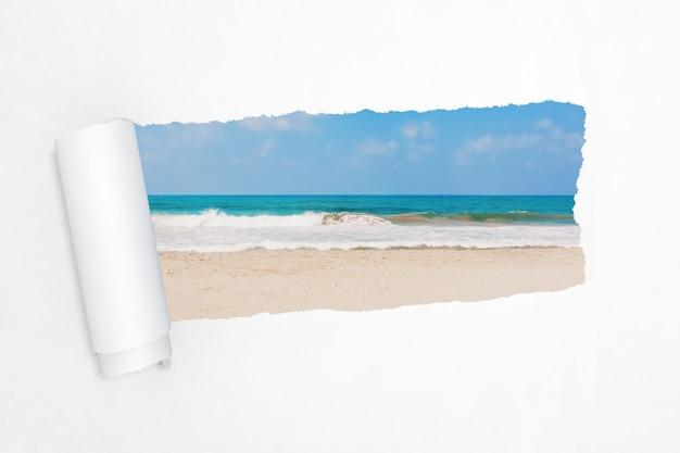 Песок океана или пляжа моря в отверстии крайнего крупного плана разорванной белой книги. 3d рендеринг