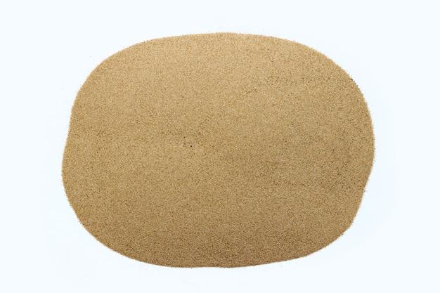 흰색 표면에 모래