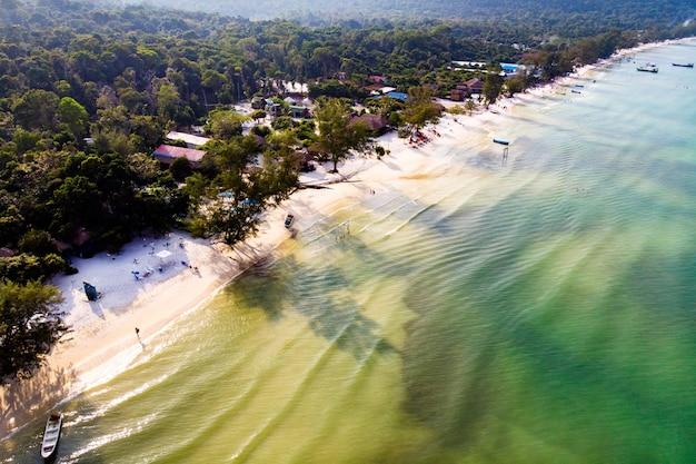 ホワイトビーチの上面図の背景に砂、休日のデザインの背景のスペーステクスチャをコピーします。カンボジア、コーロンサムレム島の海岸。