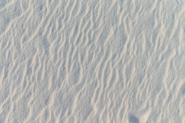 여름 해변의 모래 패턴