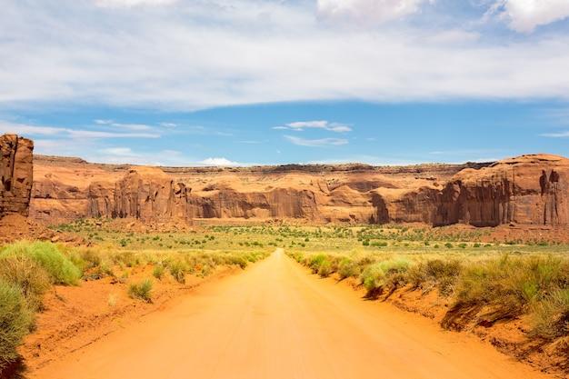 モニュメントバレーの赤い砂岩に沿った砂の道