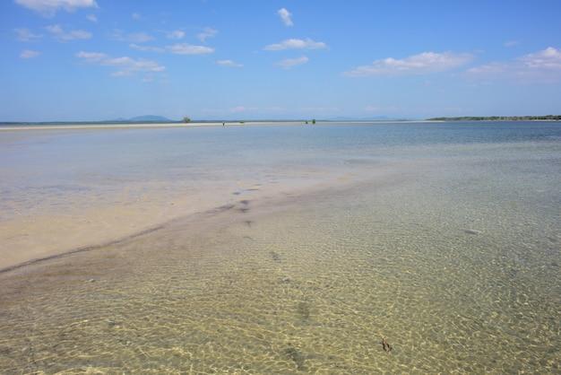 アンダマン海、タイの青い空に対する湾曲した砂浜