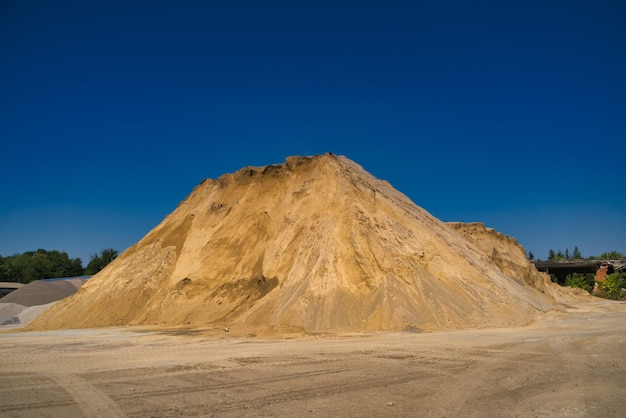 Отвал песка для промышленных нужд.