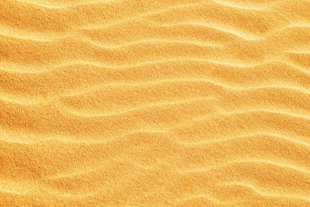 Текстура песка на пляже с волнами как естественный тропический фон