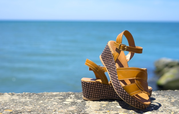 Сандалии женские на пляже