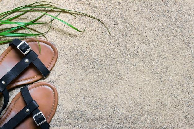 Сандалии, стоящие на песчаной поверхности