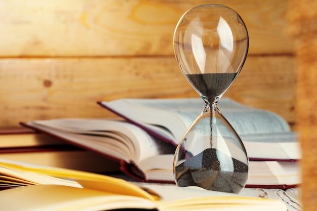 砂時計時計をテーブルの上にクローズアップ