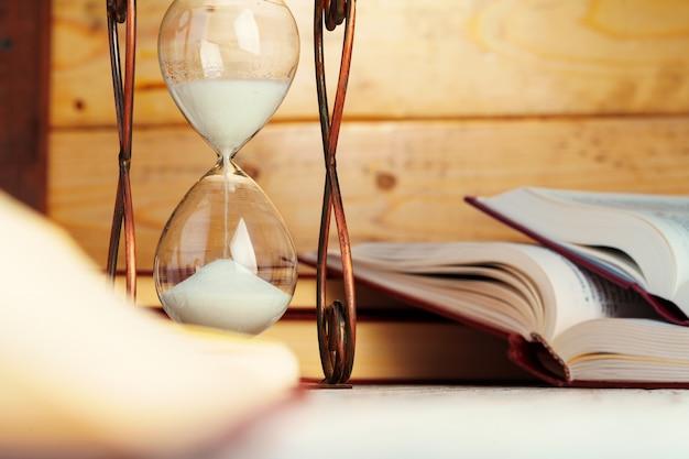 砂時計時計はテーブルの上にクローズアップ