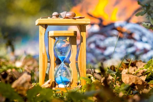 乾燥した葉の間の森の砂時計