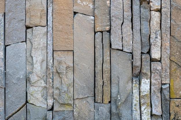사암 벽돌 벽은 야생 돌로 만들어져 있습니다.