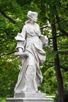Статуи из песчаника в саксонском саду, варшава, польша, сделанные до 1745 года анонимным варшавским скульптором под руководством иоганна георга плерша, статуи греческих мифических муз.