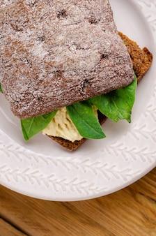 全粒粉パンとチーズとほうれん草のサンドイッチ(ブルスケッタ)。健康的なスナック、健康食品。