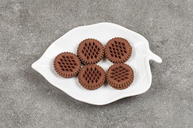Biscotti del cacao del panino sulla zolla bianca.