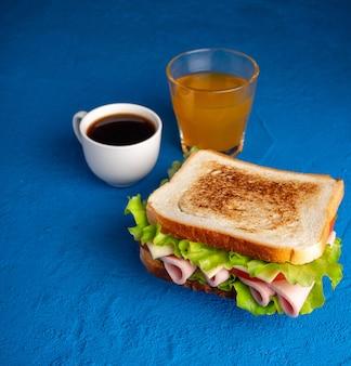 Бутерброд, кофе и сок. завтрак.