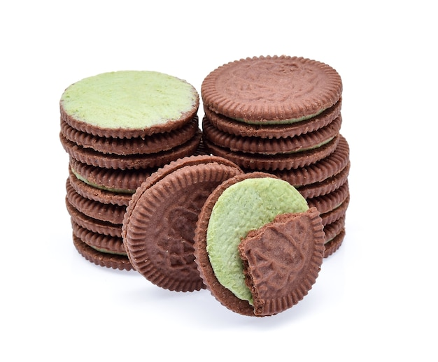 白い背景の上の緑茶クリームとサンドイッチクッキー