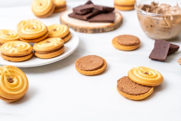 チョコレートクリームのサンドイッチクッキー