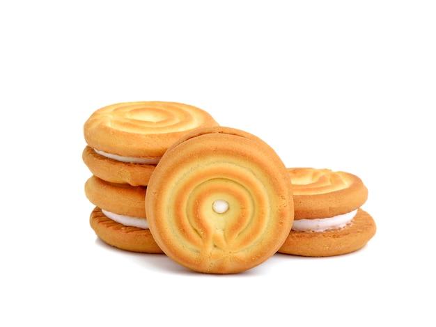 白い表面に分離されたクリームのサンドイッチクッキー