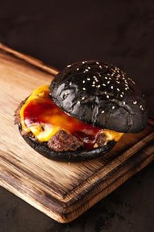 Сэндвич. быстрое питание. бургер с мясом и овощами. черный бургер.