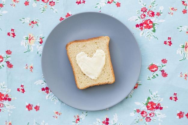プレートにブルーチーズを添えたハートの形の朝食用サンドイッチ