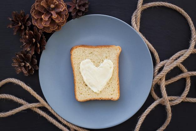 青いプレートにチーズとハートの形で朝食のサンドイッチ