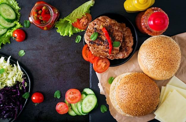 ジューシーなハンバーガー、チーズ、キャベツのミックスサンドイッチハンバーガー。上面図