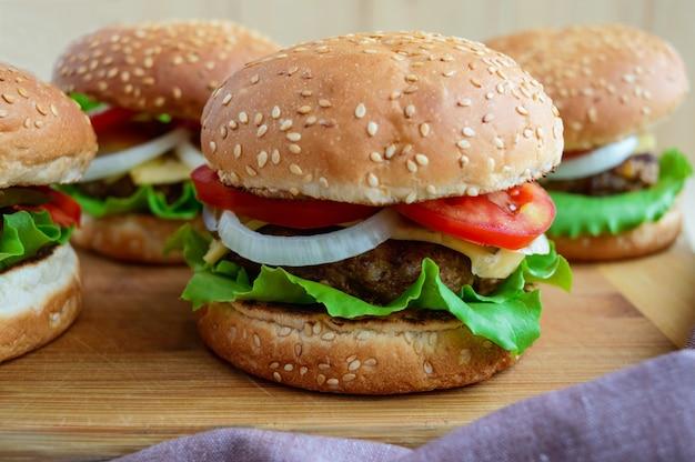 Сэндвич домашний гамбургер с сочными котлетами, сыром, свежими овощами