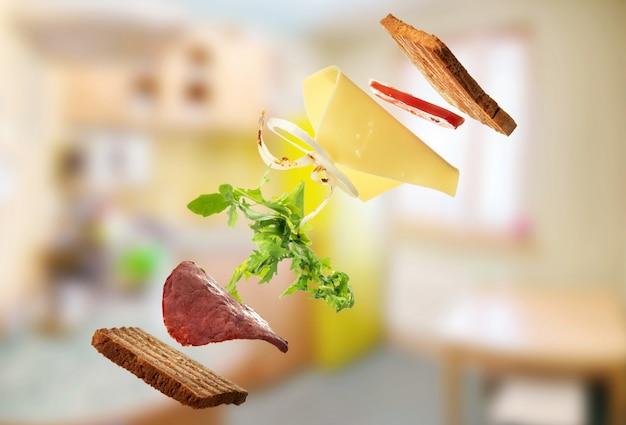 부엌에서 샌드위치. 공중 부양.