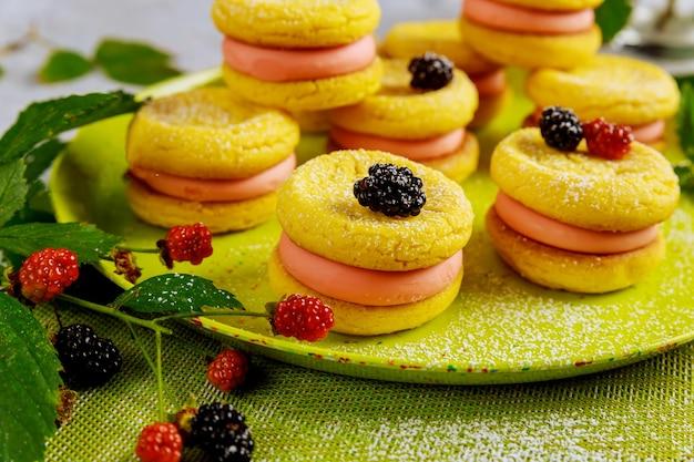 赤と黒の果実とサンドイッチレモンクッキー。