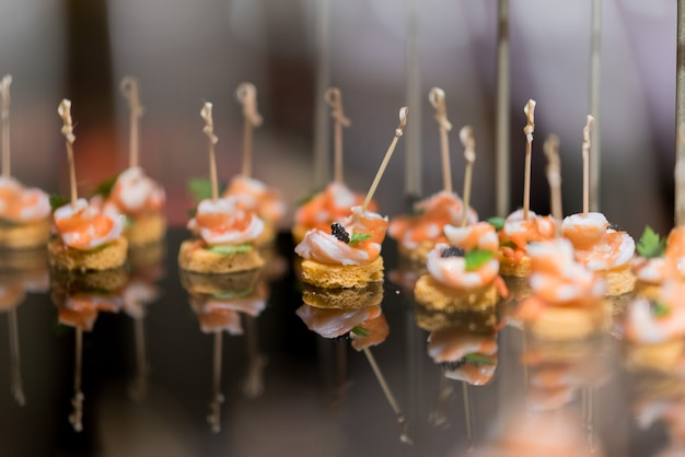 샌드위치, 미니 카나페, 뷔페 음식, 레스토랑에서의 케이터링 음식 파티, 스낵 및 애피타이저