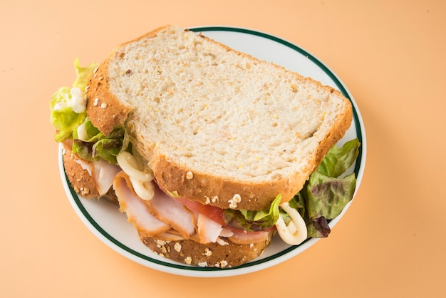 Сэндвич с помидорами, листьями салата и копченой индейкой