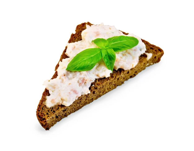Сэндвич на одном куске ржаного хлеба с кремом из лосося и майонезом, базиликом на белом фоне