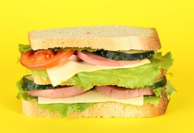 黄色いテーブルのサンドイッチ