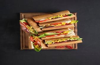 Сэндвич вечеринка. вкусные бутерброды с ветчиной
