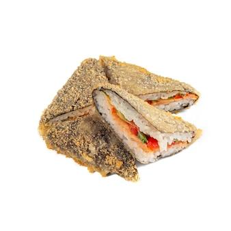 Сэндвич-ролл с лососем, свежим огурцом, болгарским перцем и зеленью. сильно прожаренный. разрезать на кусочки. крупный план. белый фон. изолированный.