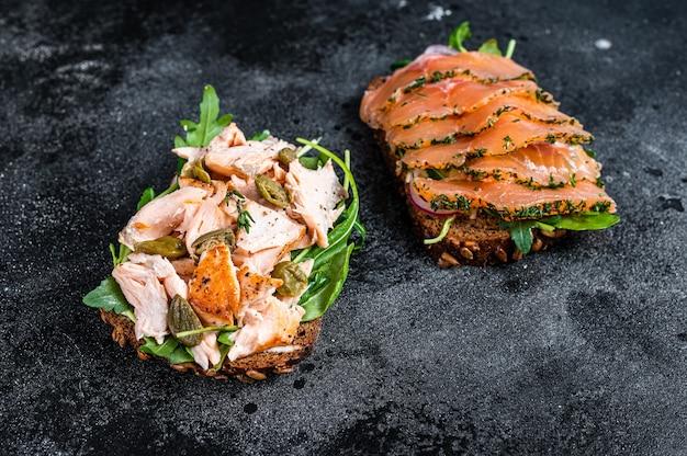 Сэндвич-тост с копченым лососем, рукколой и сливочным сыром