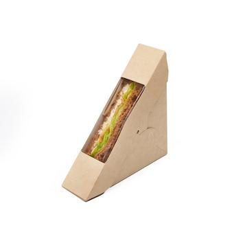 クラフトでマグロとチーズのサンドイッチトーストは、白い背景、配信、環境に優しい、使い捨て、リサイクル可能なファーストフードのコンセプトに分離された紙箱を奪う