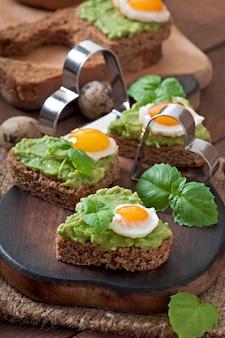 Бутерброд с пастой из авокадо и яйцом в форме сердца