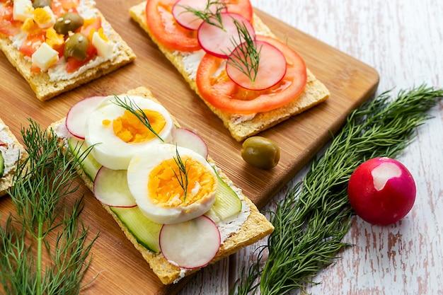 클로즈업에서 다이어트 빵에 삶은 닭고기 달걀 샌드위치