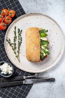 カマンベールチーズと洋ナシのマーマレードのサンドイッチ