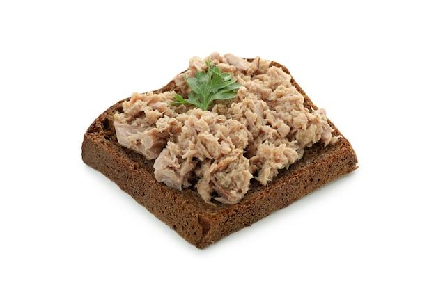 Сэндвич с консервированным тунцом, изолированные на белом фоне