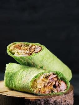 鶏肉と野菜のクローズアップのサンドイッチ。ストリートファーストフード