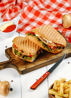 Sandwich with chicken and vegetables