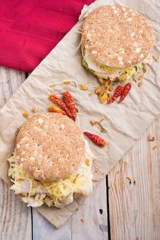 Бутерброд с чиккендом и гуакамоле, сыром.